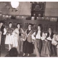 """Großer Bunter Abend im Ziegelhof: Das neu gegründete Mädchenballett. Bühne frei für die """"Schneckensamba"""". Von links nach rechts: Ch. Schaer, K. Bossenmeier, G. Kabusreuther, M. Schäfer, M- Müller, M. Ohlenschläger, G. Schäfer."""