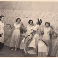 Bunter Abend: Das Schneckenburg-Ballett: V.l.n.r. Christa Schaer, Erika Mutter (Stöß), Margarete Ohlenschläger, Isolde Bischoff, Margarete Müller, Gerda Traber. Vorn Jungelfer Paul Bischoff und Gerda Kabusreuther.