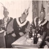 Schmutziger Donnerstag: Ja, den Petershäusler Durst konnte man an den vielen Flaschen leicht erkennen.