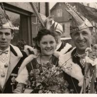 Schmutziger Donnerstag: Schneckenprinzessin Gerda Kabusreuther mit Präsident Konti Uetz (rechts) und Jungelfer Ewald Volz.