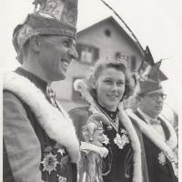 Schmutziger Donnerstag: Präsident Konti I. mit Schneckenprinzessin Christa I. und Kronprinz Oskar Löhle. Einen Kronprinz gab es nur einmal in der Geschichte der Schneckenburg.