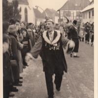 Umzug am Fasnachtssonntag in Wollmatingen: Walter Buck, der lebende Lautsprecher der Schneckenburg stimmt das Publikum ein.