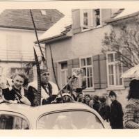 Umzug am Fasnachtssonntag in Wollmatingen: Der Präsident und die Prinzessin führten die Schneckenburg an.