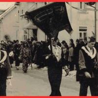 Umzug am Fasnachtssonntag in Wollmatingen: Ornatträger mit Fahne. V.l.n.r. Walter Buck, Walter Stöß und Paul Bischoff.
