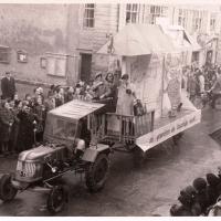 Umzug in der Stadt. Der erste Wagen der Schneckenburg stellte den Fremdenverkehr und dessen Probleme für die Einheimischen dar.