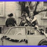 Schmutziger Donnerstag: Die Weckerkolonne fährt durch Petershausen und der Stadt. Angeführt durch den Präsidenten.