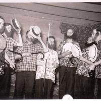 """Großer Bunter Abend: In der letzten Nummer des Abends wurde das """"Dings-Bum-Bum"""" besungen. Es sangen mit: Walter Stöß, Herbert May, Alfred Koch, Arno Moser, Bruno Ramsperger, Werner Mutter und Paul Bischoff."""