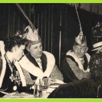 Nach dem Umzug gab es wieder genügend Zeit sich zu erholen. V.l.n.r. sehen wir Prinzessin Christa Schaer, Präsident Konti Uetz und Vize Gustav Kabusreuther.