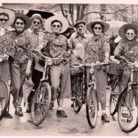 Umzug in der Stadt: Das Ballett war als Fahrradstaffel unterwegs.