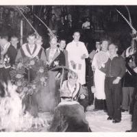 Verbrennung der Fasnacht im Schauinsland: Der Pfarrer mit seinen Ministranten übernahm die Zeremonie.