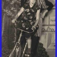 Bunter Abend: Das fahrende Volk auf einem Rad: Frau Hagen und Frau Becker.