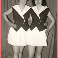 Bunter Abend: Das Schneckenburg-Ballett mit Ihren neuen Garde-Kostümen. Links Rosi und rechts Helga (Bürger) Gallmann.