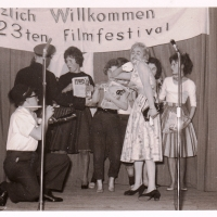 Bunter Abend: Es blicken durch: B. Ramsperger, R. Hässler, W. Langenstein, W. Mutter, M. Weber und die Mädchen der Garde.