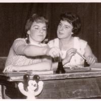 Jubiläums-Abend: Die beiden Konstanter Frichtle Helga Matheis und Elfriede Bischoff nahmen das Wirtschaftswunder unter die Lupe.