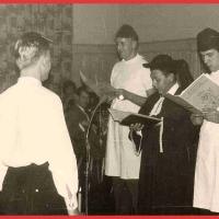 11.11.: Pfarrer Sigfried Schaer mit seinen Ministranten Werner Mutter und Dieter Stöß tauften die Aspiranten Gold und Schöller zum Elferrat.