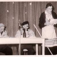 Bunter Abend im Schützen: Durch unsere traditionellen Arbeiter P. Bischoff und A. Koch zogen die Technischen Ämter um. Die Putzfrau W. Mutter half ihnen dabei.
