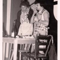 Bunter Abend im Schützen: Die Putzfrau (W. Mutter) und die Raumpflegerin (H. Zweifel) säuberten den Stadtratssaal.