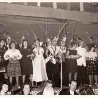 Bunter Abend im Schützen: Nach dem Programm gab es die Orden, die vorderen Tischreihen wurden auf die Bühne gestellt und die Kapelle Lehle spielte bis in den Morgen.