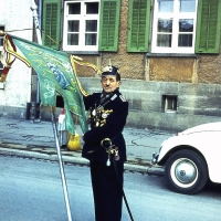 Schmutziger Donnerstag: Schneckenburg-Polizist Bollin führte de Narrenbaumumzug an.