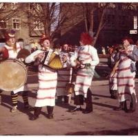 Schmutziger Donnerstag: Die Clowngruppe beim Narrenbaumstellen.