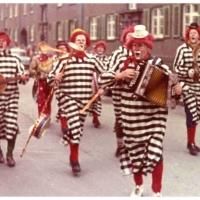 Schmutziger Donnerstag: Die Clowngruppe beim Narrenbaumsetzen.