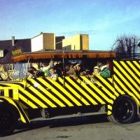 Schmutziger Donnerstag: Das Clownauto im neuen Anstrich auf dem Gottmannplatz.