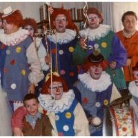 Schmutziger Donnerstag: Die Clowngruppe mit Prinzessin bei Kurt Matheis zu Hause.