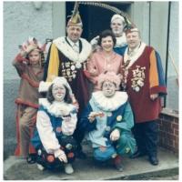 Der Narrenverein beim Schnurren vor dem Haus von Helga und Kurt Matheis.