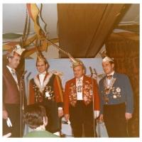 Narrenkonzerte im Barbarossa: Die Begrüßunhsnummer aller vier Narrengesellschaften. Der Vertreter der Schneckenburg war Wolfgang Theuerjahr.