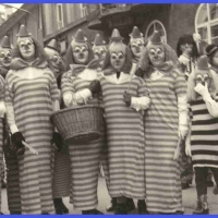Umzug am Fasnachtssonntag: Die Frauengruppe der Schneckenburg. Alle als Clown verkleidet.