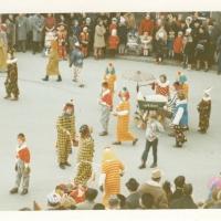 Umzug am Fasnachtssonntag: In der Mitte (im blauen Clown mit weissen Ärmeln) Marianne Schmalbach.
