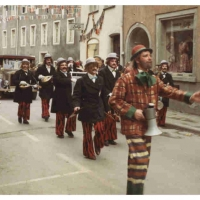 Umzug am Fasnachtssonntag: Die Clowngruppe unterwegs während dem Umzug. In der Mitte Ludwig Degen mit Megaphon.
