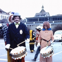 Umzug am Fasnachtssonntag: Paul Bischoff (Mitte) und Walter Stöß (Rechts) von der Clowngruppe am Aufstellungsplatz Döbele.