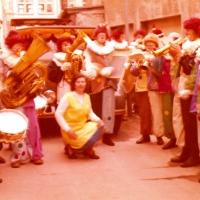 Umzug Fasnachtssonntag: Die Clowngruppe beim WarmUp an der Garage von Franz Benz.