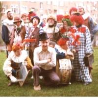 Rosenmontag: Die Clowngruppe bei der Familie Zachenbacher im Hindenburgblock.
