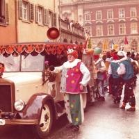 Umzug in der Stadt am Fasnachtssonntag. Die Clowngruppe mit Ihrem Clownauto.