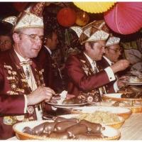 Der Elferrat beim Mainau-Hock der Konstanzer Fasnachtsvereine. V.l.n.r. laden sich Ludwig Degen, Paul Bischoff und Alex Volz I. die Teller voll.