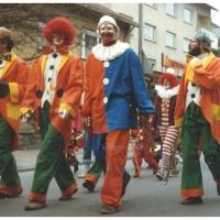 Schmutziger Donnerstag: Die Clowngruppe beim Narrenbaumstellen auf dem Gottmannplatz.