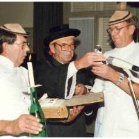 Fasnachtseröffnung im Ziegelhof: Trauung von Tina und Günter Uetz durch den Schneckenburg-Geistlichen Walter Stöß mit seinen Ministranten Werner Mutter und Dieter Stöß.