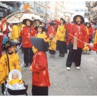 Umzug in der Stadt: Die Schneckenburg komplett als Chinesen verkleidet.