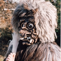 1. Fasnacht vom Schneckenbürgler Schneeschreck: Die ersten Masken auf der Strasse.