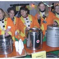Erstes Nacht-Narrenbaumstellen auf dem Gottmannplatz. Die Mädchen vom Ballett verteilten Tee an die Mitwirkenden.