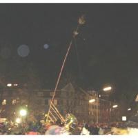 Erstes Nacht-Narrenbaumstellen auf dem Gottmannplatz. Der Baum bewegt sich nach oben.
