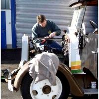 Heinz Auer kümmert sich um den Motor.