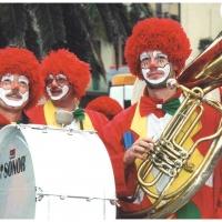 Clowngruppe beim Carneval in Viareggio: Die Instrumente waren angelegt.