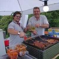 Schneckenburg Gartenfest: Die Elferräte Arthur Bruderhofer und Micky Winter beim Grillen.