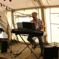 Schneckenburg Gartenfest: Im Zelt spielte Alleinunterhalter Winni Huber.