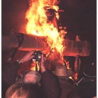 Verbrennung auf dem Stephansplatz: Die brennende Puppe.