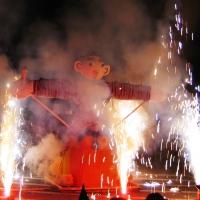 Verbrennung auf dem Stephansplatz: Zuerst die Feuerwerkskörper.