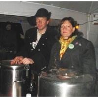Narrenbaumstellen auf dem Gottmannplatz: Der Räuber beim Ausschank des Tees.